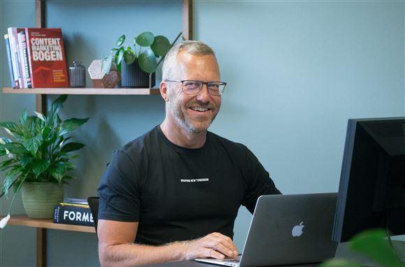 Man bag computer i t-shirt