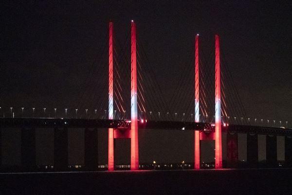 Øresundsbroen i rødt og hvidt