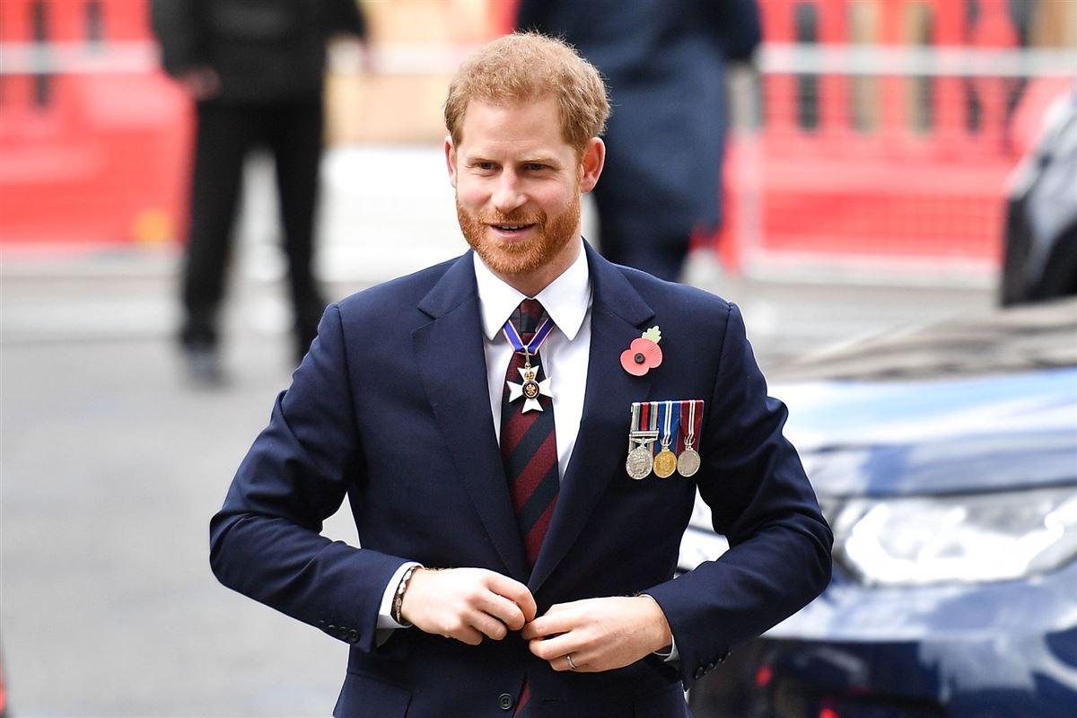 Prins harry med smil på læben og medaljer på jakken