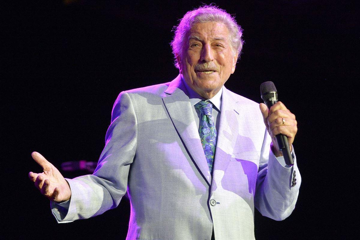 En ældre herre med mikrofon på scenen