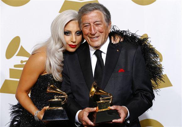 Lady Gaga og Tony Bennett med en Grammy imellem dem