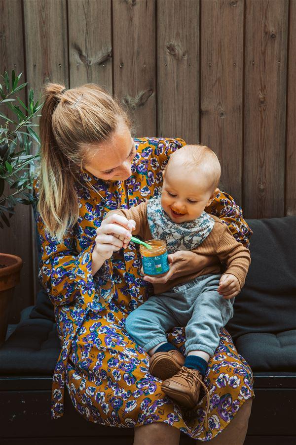 En dame med en baby og noget mos