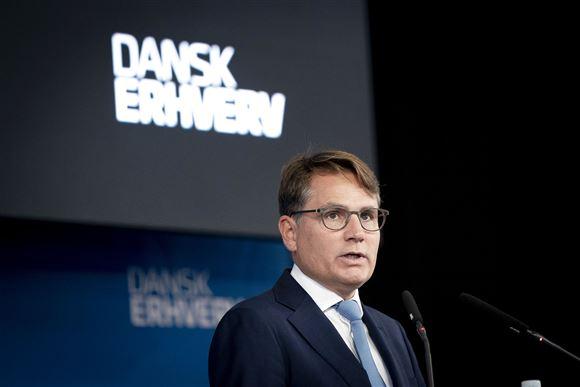brian mikkelsen taler med skilt med dansk erhverv i baggrunden