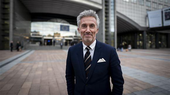 En pæn gråhåret mand i jakkesæt og slips