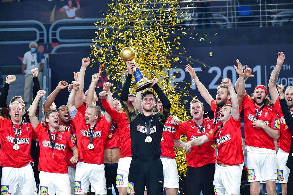 Det danske landshold hæver VM-pokalen.