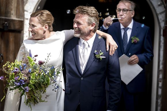 Mette Frederiksen forlader kirken med sin nye mand, Bo Tengberg.