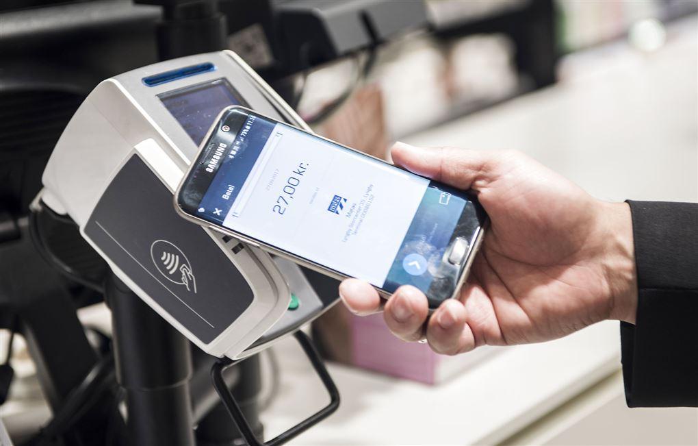en person anvender kontaktløs betaling