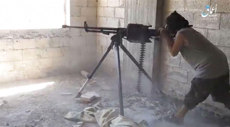 billede af IS-person med et større maskingevær