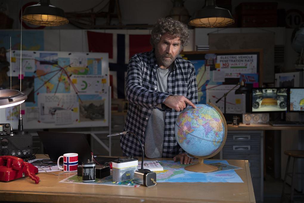 skuespilleren will ferrell peger på en globus i tv-reklame