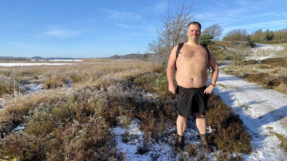 Mand i bar mave midt i sneen