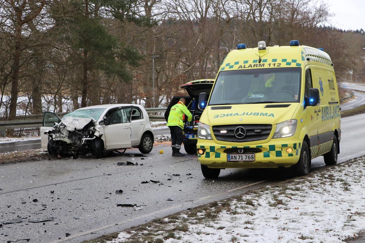 En ambulance og en smadret hvid personbil