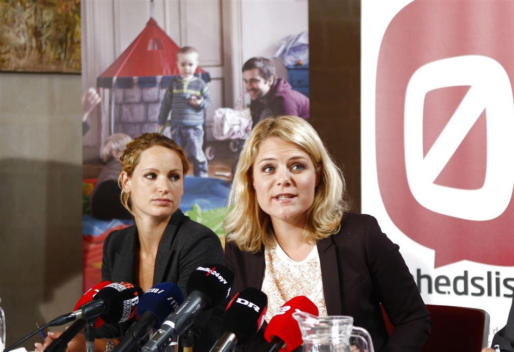 Pernille Skipper og Johanne Schmidt Nielsen sidder ved pressemøde