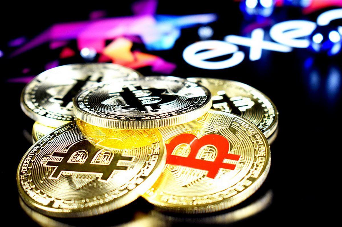 mønter som angiver kryptovaluta ligger på bord