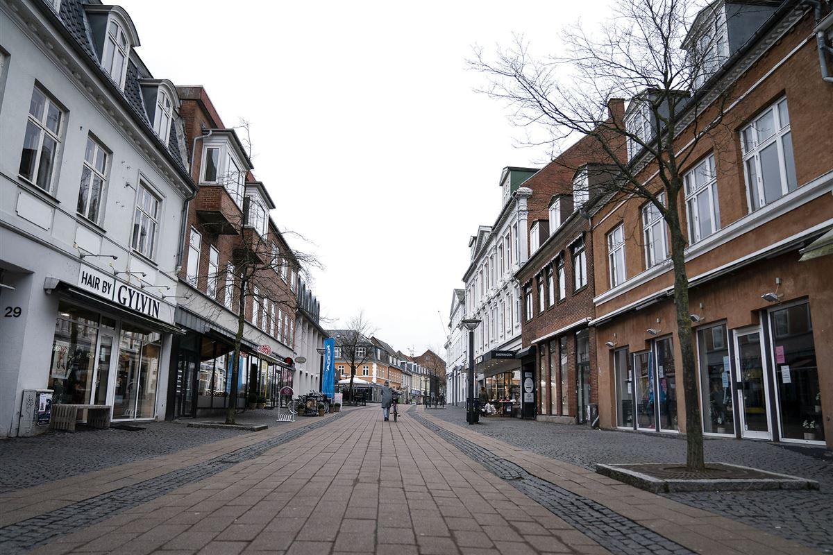en hel mennesketom gågade med lukkede butikker.
