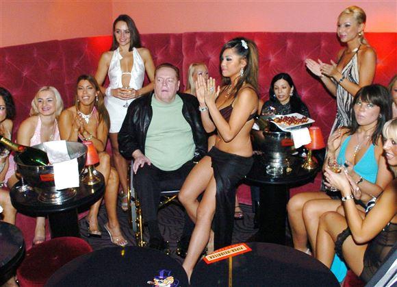 Larry Flynt i kørestol omgivet af kvinder