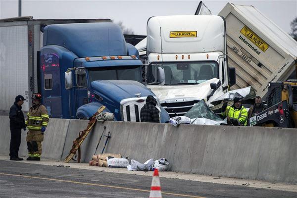 Lastbiler og biler smadret på vej