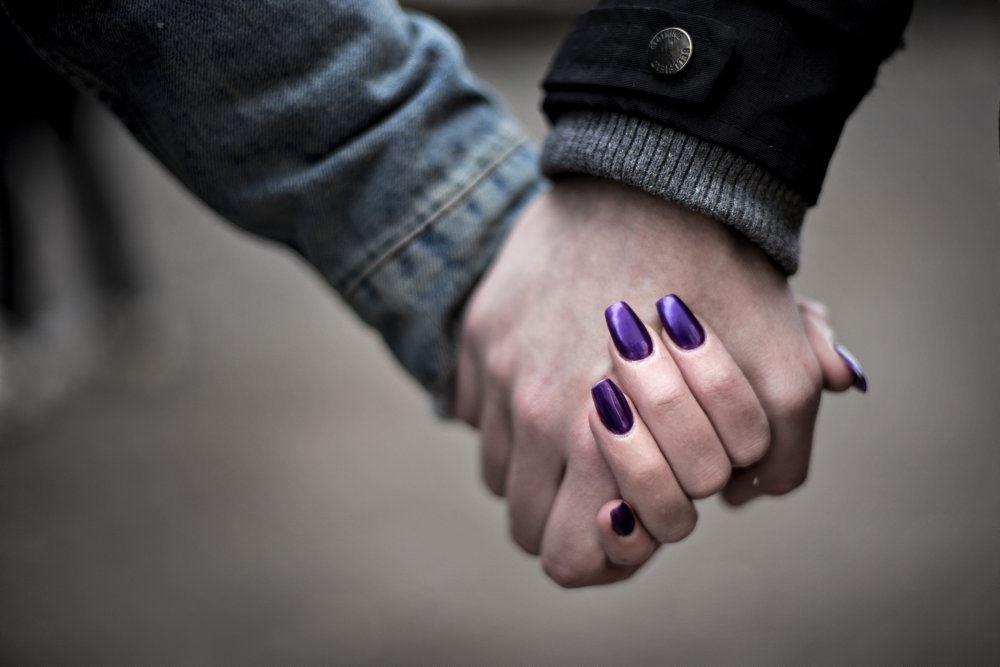 Et par holder i hånden