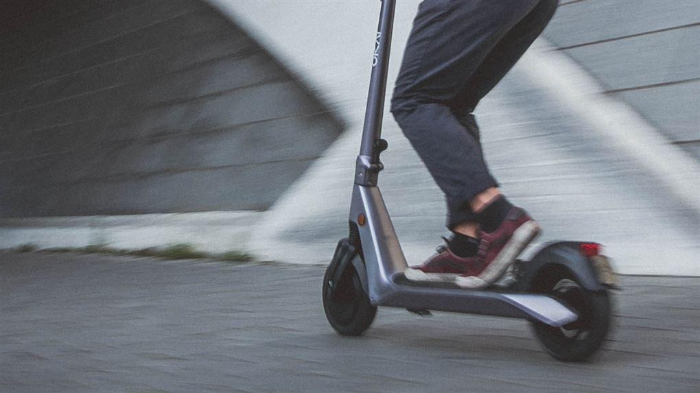 person på el-løbehjul