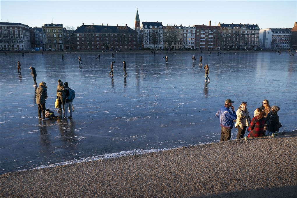 En masse folk på isen på søerne i Købanhavn.