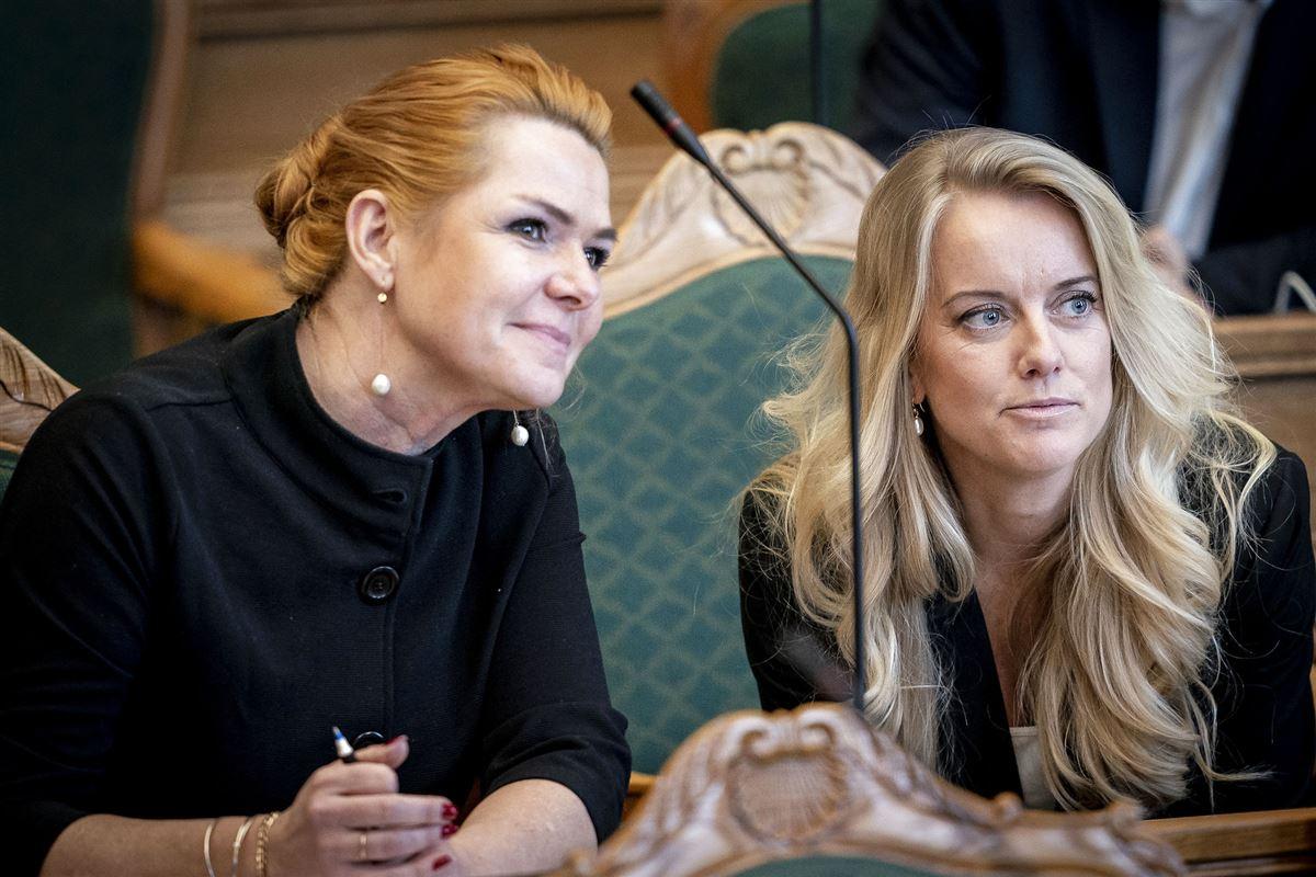 Inger Støjberg ses sammen med Pernille Vermund i folketingssalen