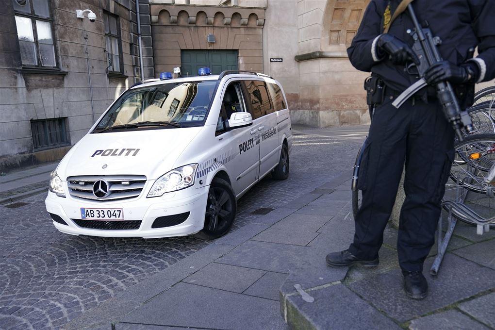 En svært bevæbnet betjent ved retten i København.