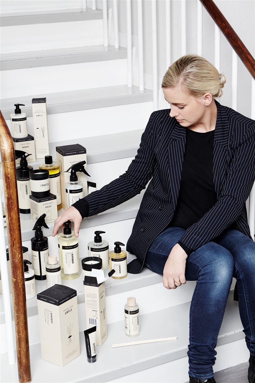 Blond kvinde på trappe med rengøringsmidler