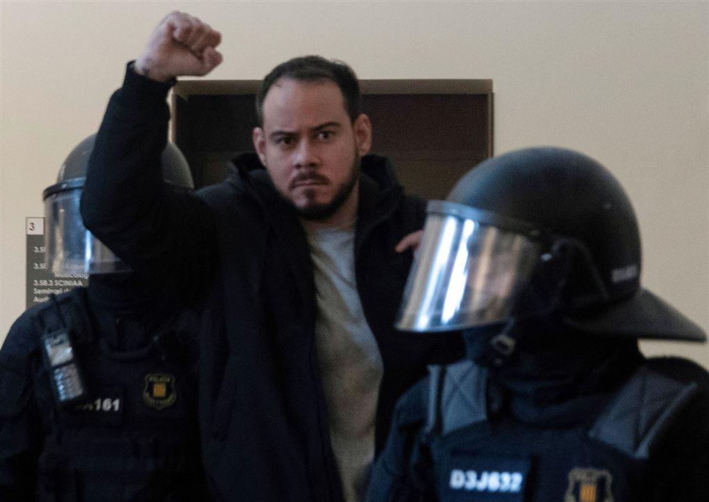 Anholdt mand føres væk af kampklædt politi