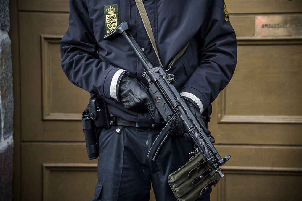En politimand med maskinpistol