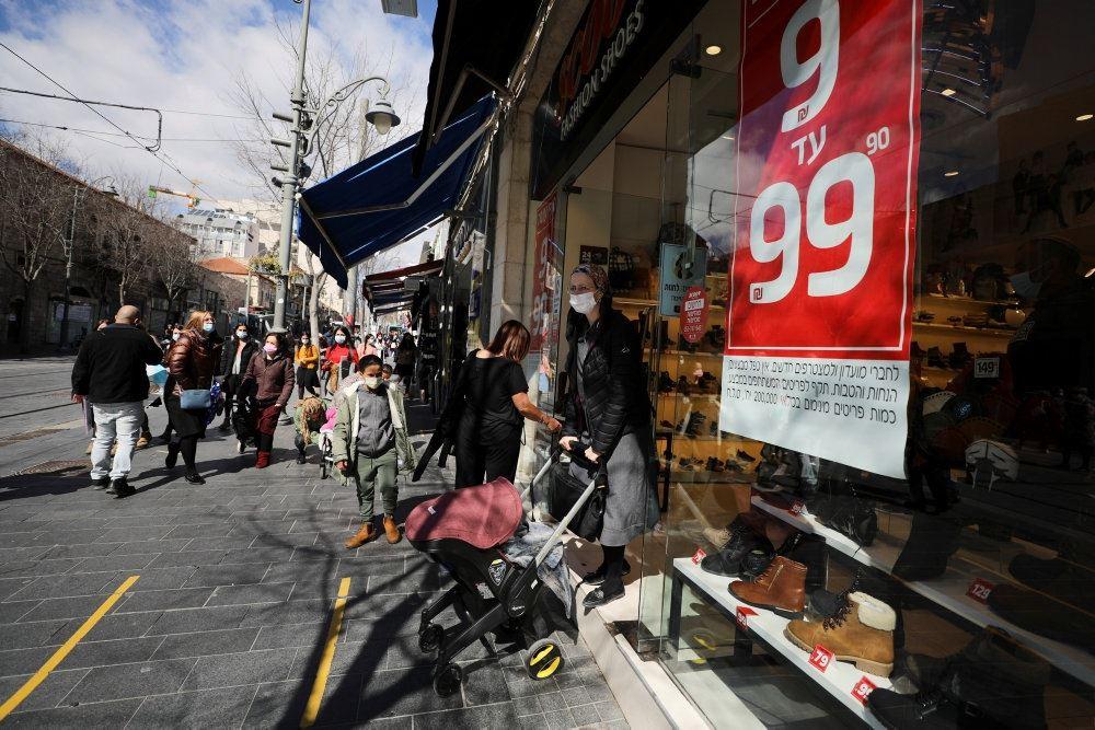 folk går på gaden i israel