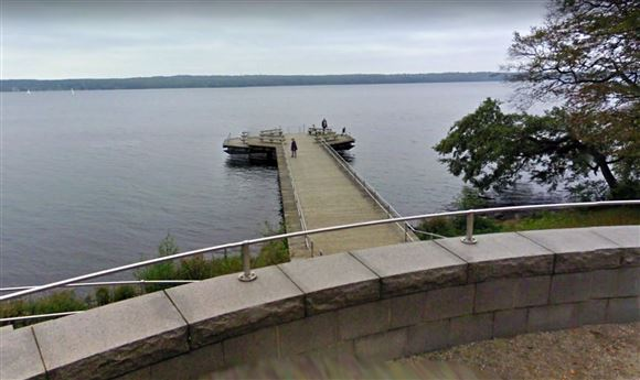 ottekantet bro ved fredensborg slotspark set fra bredden