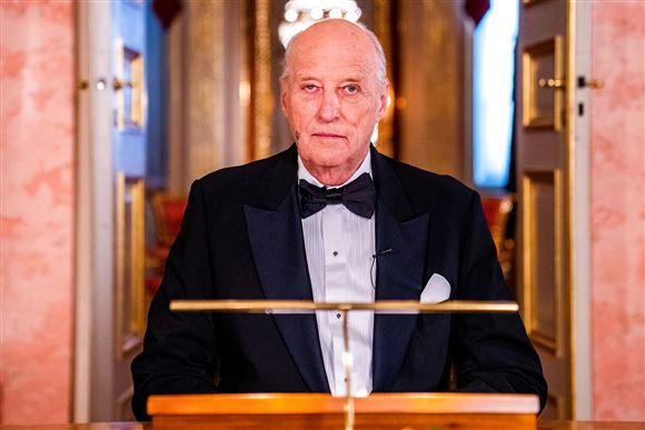 norges kong harald står på talerstol
