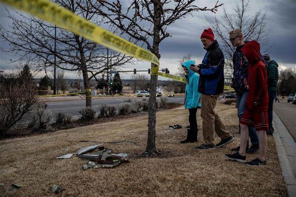 folk på gaden ses ved vragdele