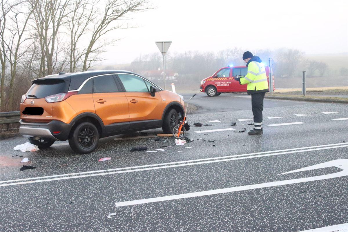 ulykkesbilen ses på ulykkesstedet
