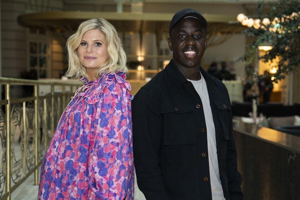 tv-værterne Sofie linde og melvin kakooza står og smiler