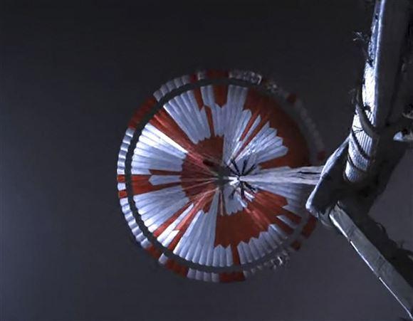 billede af rumfartøj i faldskærm med røde hvide farver
