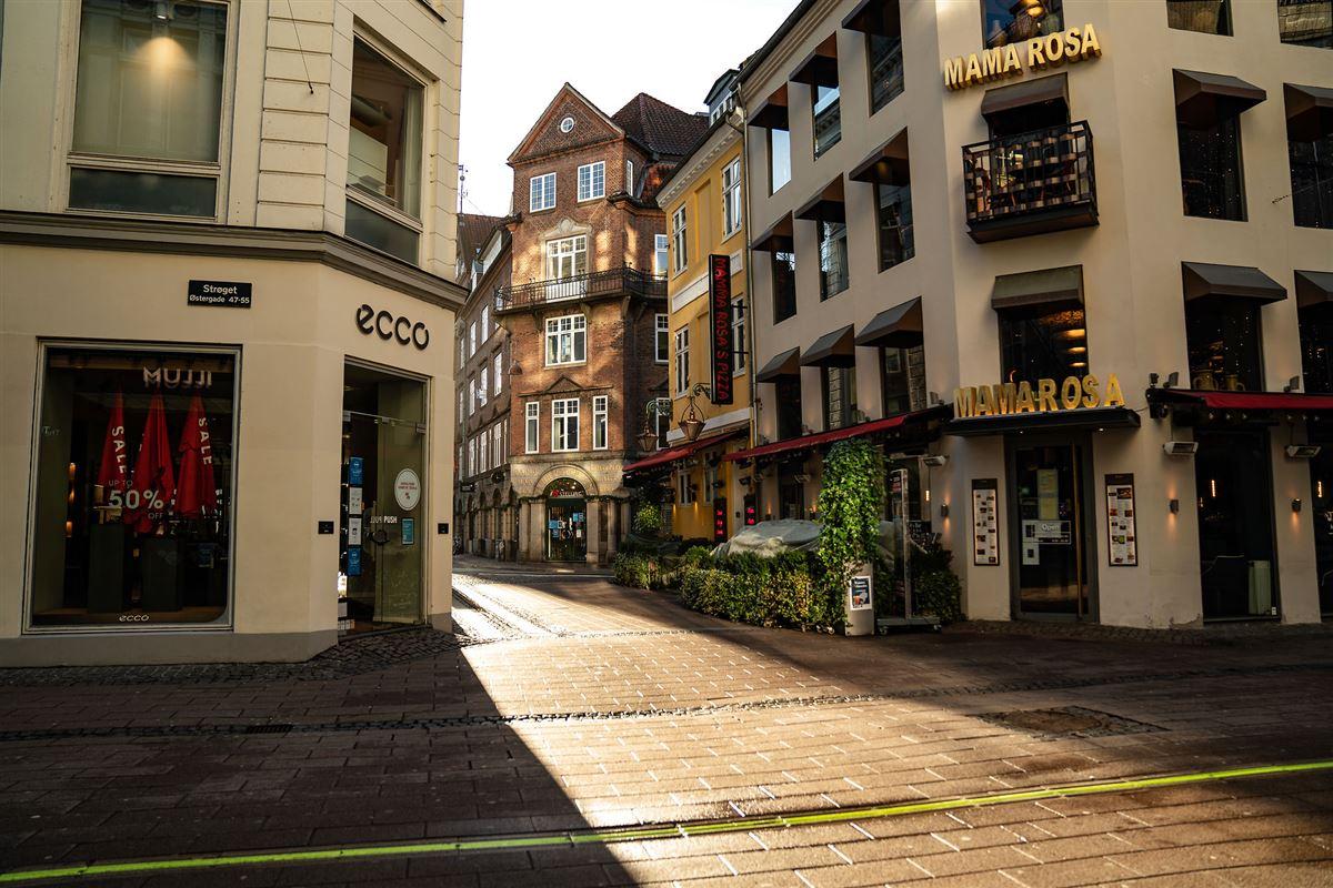 tom gade med lukkede butikker