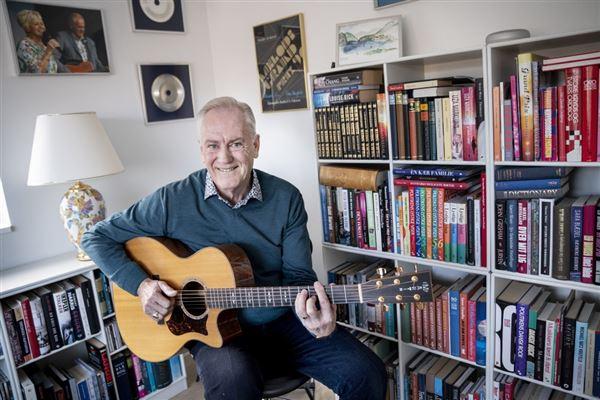 Keld Heick sidder med guitar i stuen