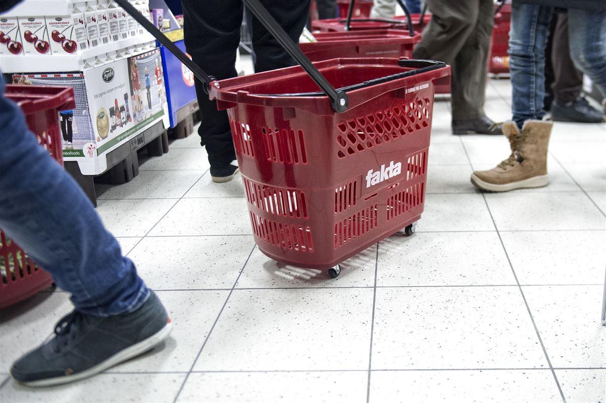 Fødder og rullende indkøbskurve i en Fakta-butik.