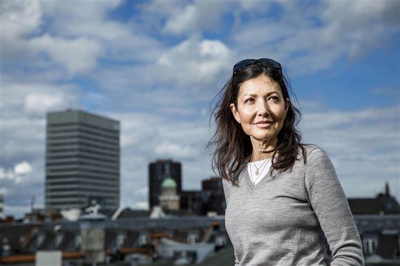 Billede af Alexandra med skyline i baggrunden