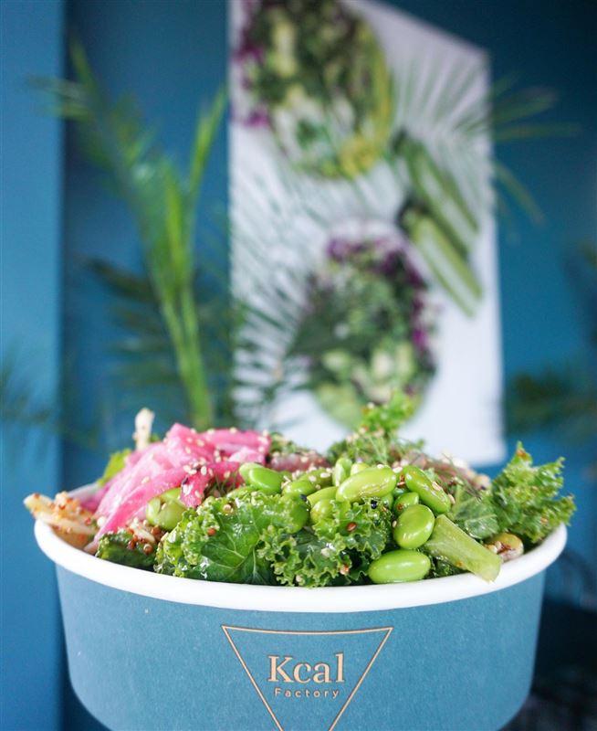 En lækker take-away ret med salat og bønner