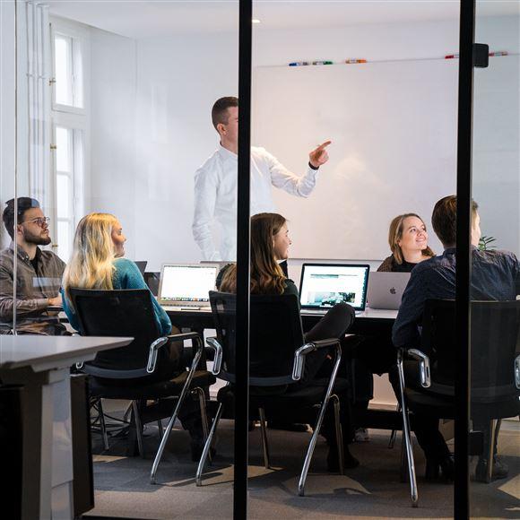 Folk i et kontor