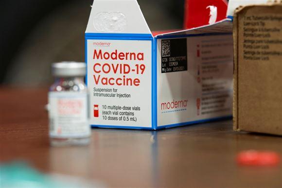 vaccineglas fra virksomheden moderna står på et bord