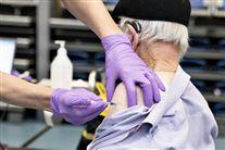 person vaccineres med sprøjte i overarmen