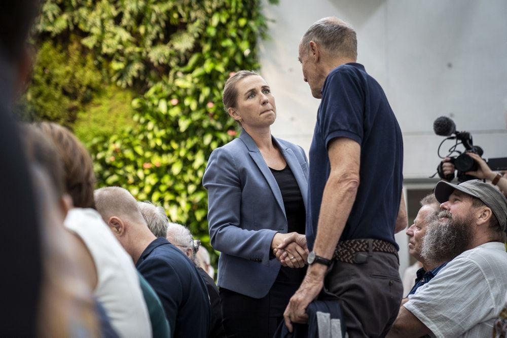 Mette Frederiksen giver hånd til en af Godhavns-børnene.