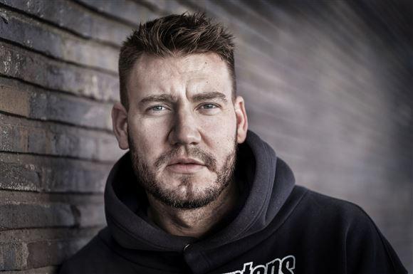 """Nærbillede af Nicklas Bendtner der ser """"hård"""" ud."""