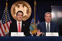 to amerikanske politikere sidder og taler ved pressemøde