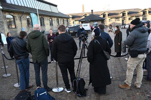mette frederiksen og pressen til pressemøde foran øksnehallen i København