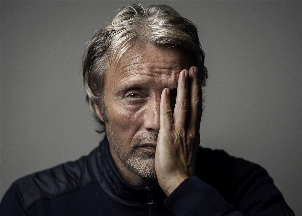 skuespilleren Mads Mikkelsen holder sig for det ene øje