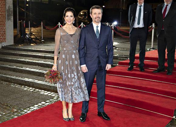 Frederik og Mary på den røde løber.