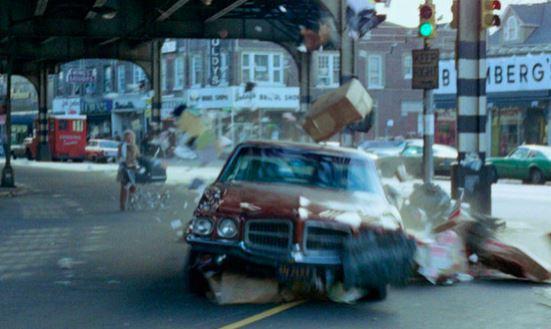 En bil smadrer ind i nogle papkasser
